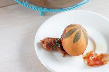 Как красить яйца в луковой шелухе с узором 2