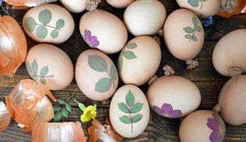 Как красить яйца в луковой шелухе с узором 5