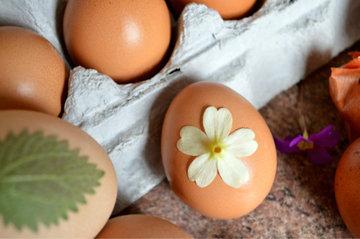 С листьями вы создадите красивые и естественные узоры на пасхальном яйце