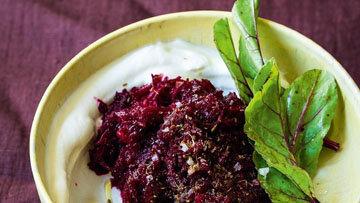 Паста для хлеба из сырой свеклы с греческим йогуртом