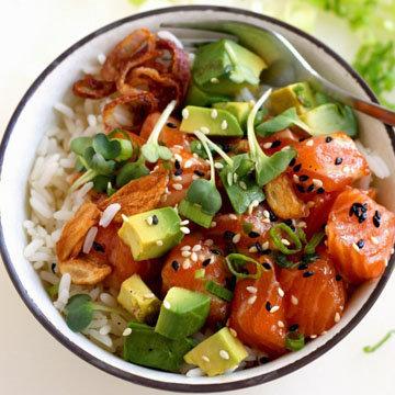 5. Свежая поке-чаша из риса для суши, лосося и авокадо
