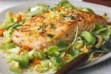 Филе лосося на овощах