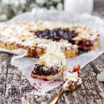Пирог с вишней открытый с хрустящей крошкой