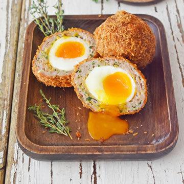 Вот так готовят яйца по-шотландски с жидким желтком