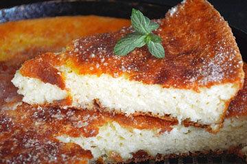 Творожная запеканка - это десерт, похожий на смесь пудинга и чизкейка