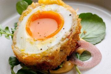Яйца по-шотландски в кукурузных хлопьях