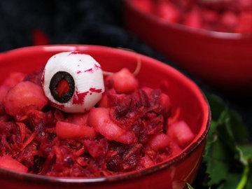Кровавый салат из картофеля на Хэллоуин