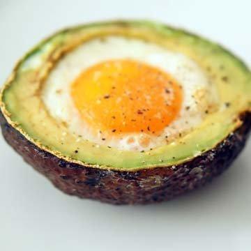 Яйцо, запеченное в авокадо 1