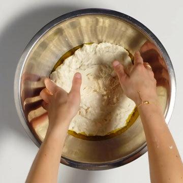 4. Переложить тесто в миску