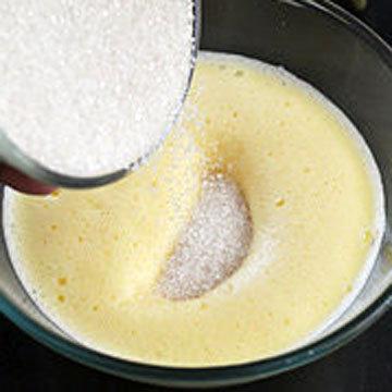 2. смешать яйца и сахар