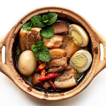 Тарелка вьетнамской карамелизованной свиной грудинки и яиц