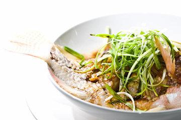щадящий метод приготовления рыбы на пару и обработку горячим маслом